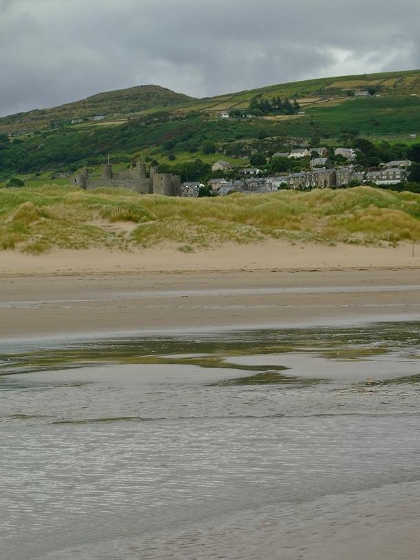 Zamek Harlech i wzgórze Moel Goedog z plaży Morfa Harlech
