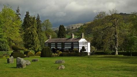 Llangollen - Plas Newydd z Castell Dinas Brân w tle