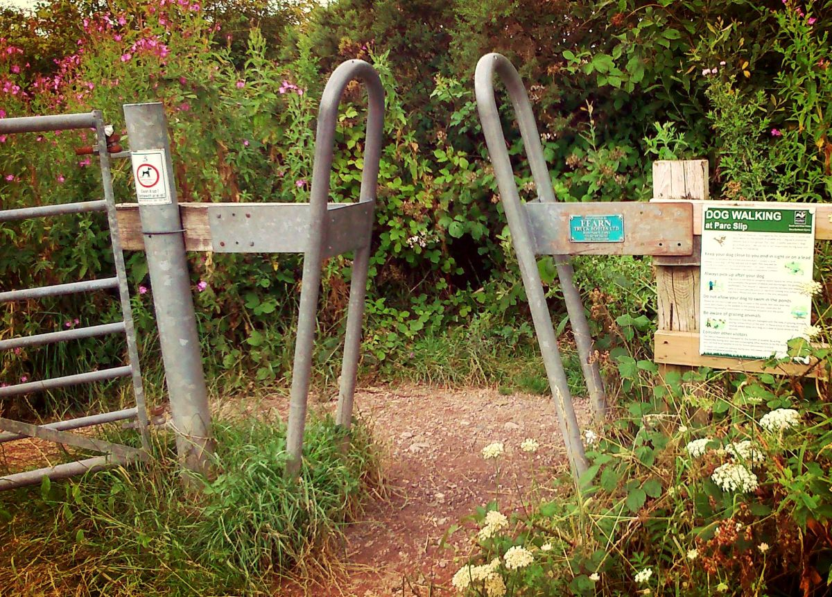 Walia rowerem - bramka na ścieżce rowerowej