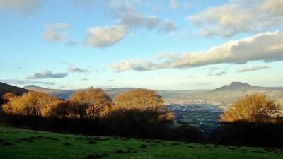 Miasteczko rozłożyło się w dolinie pomiędzy szczytami Ysgyryd Fawr (z pawej) i Sugar Loaf (z lewej)