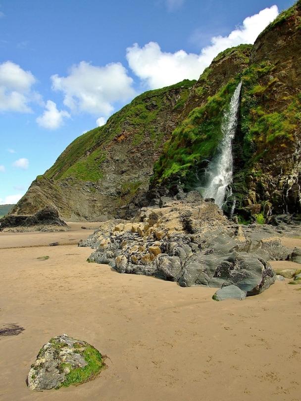 Wodospad na plaży w Tresaith