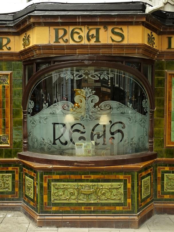 Aberystwyth - fasada pubu w stylu art déco