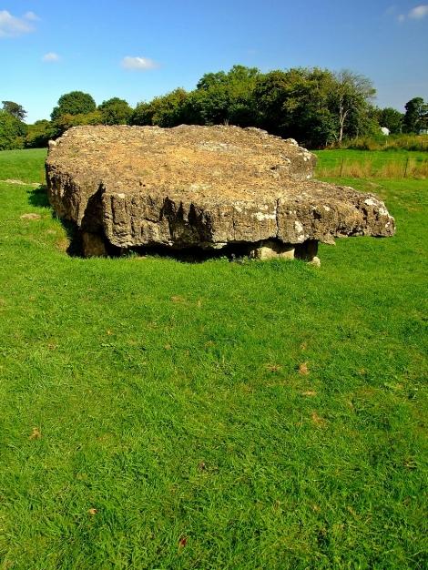 Prawie czterdziesto tonowa pokrywa Tinkinswood burial chamber