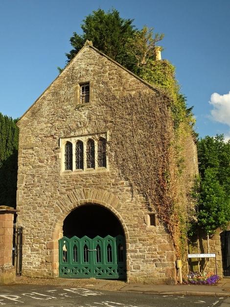 Dawna brama klasztorna