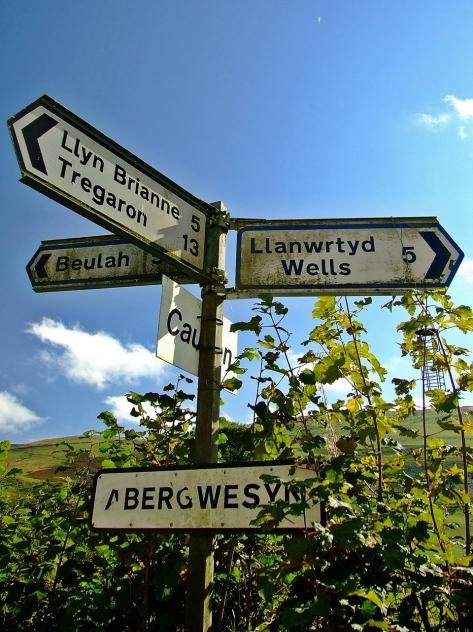 Drogowskaz na rozstaju dróg w Abergwesyn