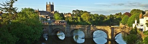 Hereford - Old Bridge nad rzeką Wye i Katedra