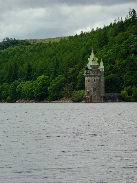 Malownicza wieża na Lake Vyrnwy
