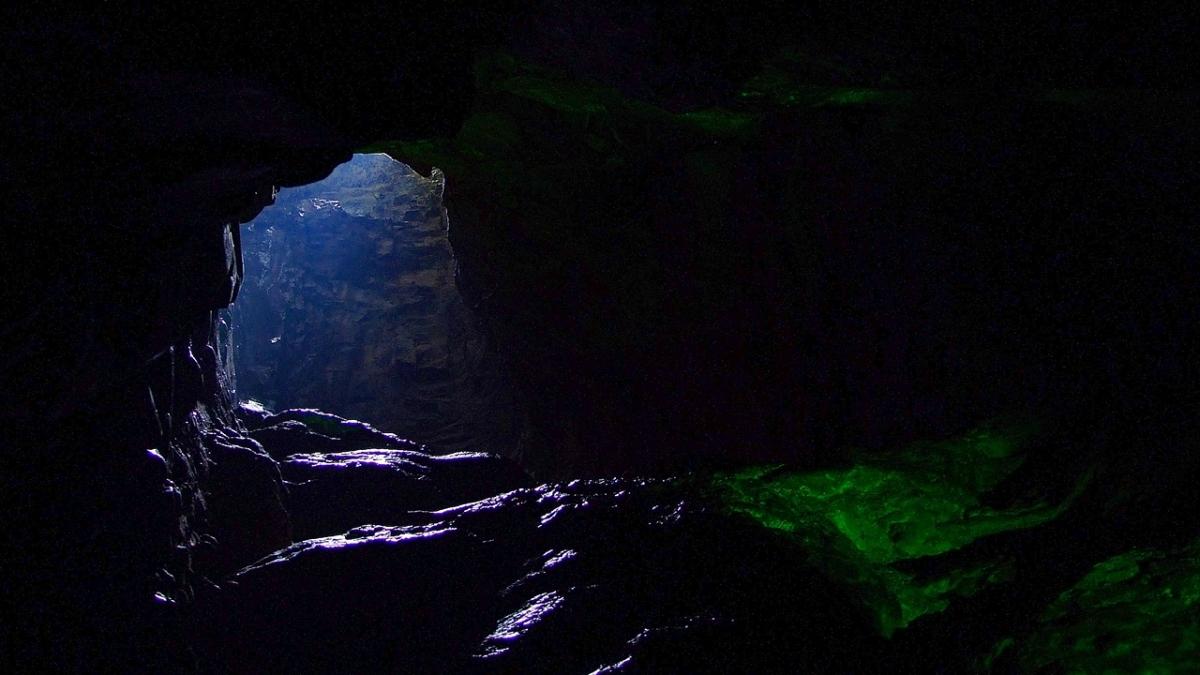 Jaskinia pod zewnętrznym dziedzińcem zamku