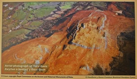 Garn Goch z lotu ptaka (zdjęcie z tablicy informacyjnej przy grodzisku)
