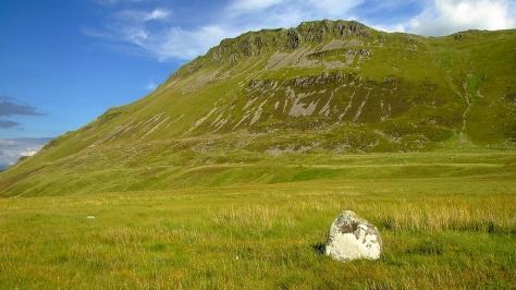 Jeden z kamieni Hafotty-fach Stones z widokiem na Cadair Idris