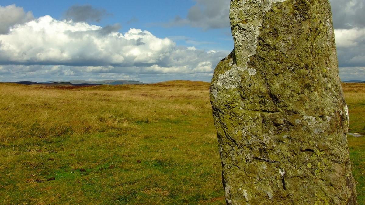 Maen Serth standing stone - ledwie widoczny krzyż celtycki